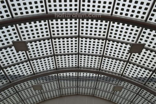 Susunan sel solar PV diatas cermin pintu gerbang AUO-Sunpower Sdn Bhd
