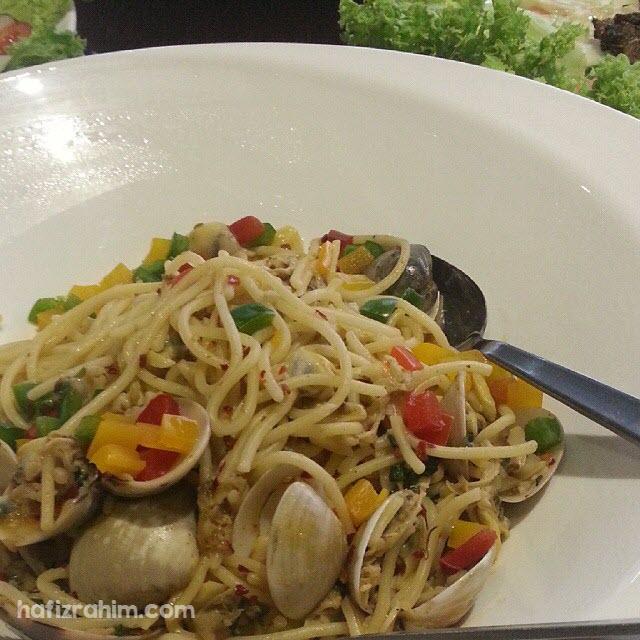 Spaghetti Aglio é Olio Vongole (Clam) by deHouse